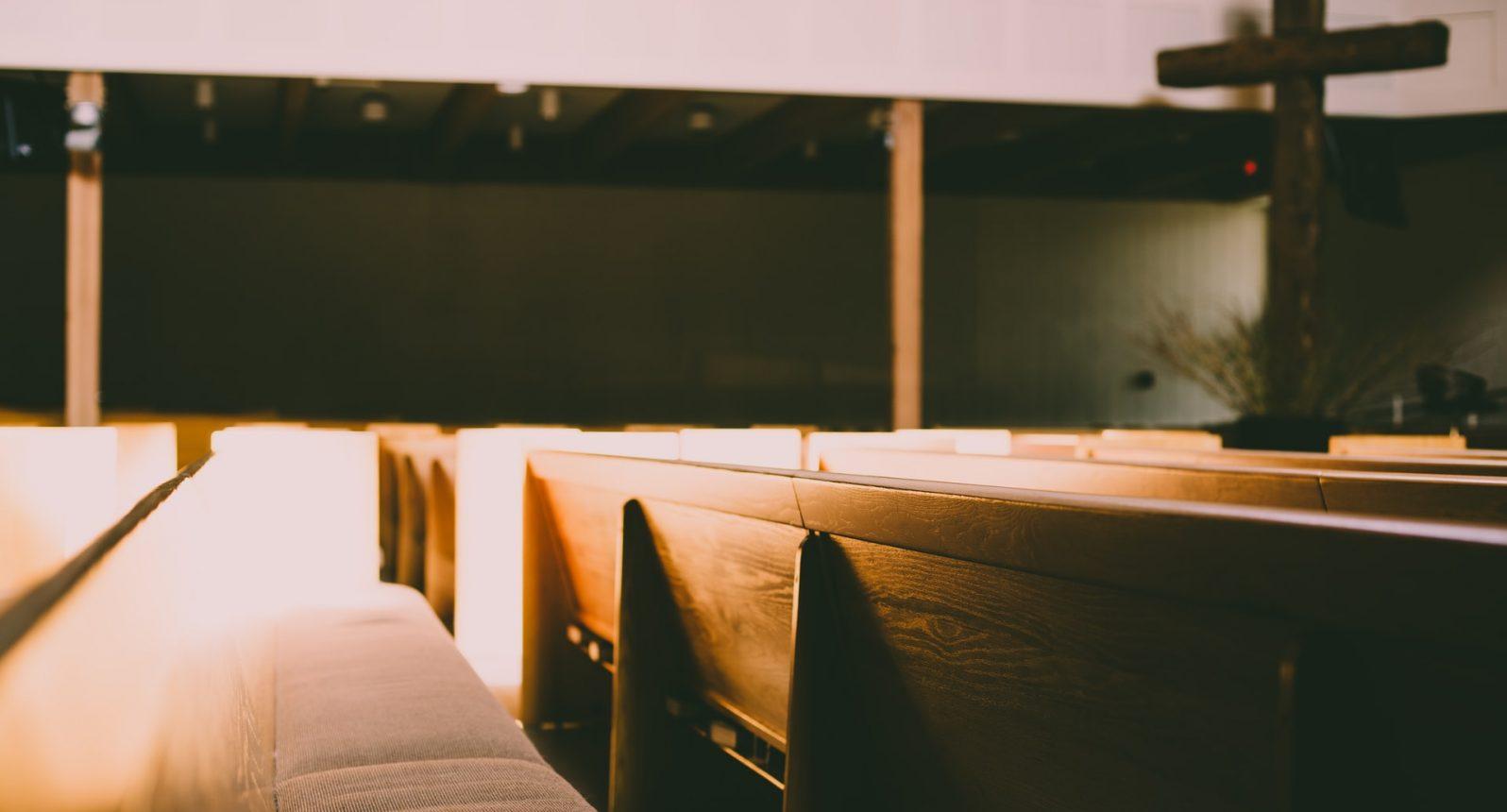 Bancos em uma igreja. Foto de Gregory Hayes